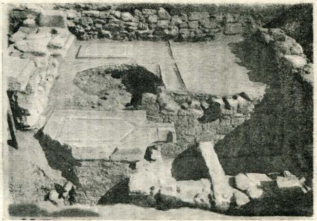 Винодельня в Тиритаке на участке V. III в. до н. э.—общий вид и план. А — давильная площадка; Б — резервуар для виноградного сусла; В — водосток римского времени.